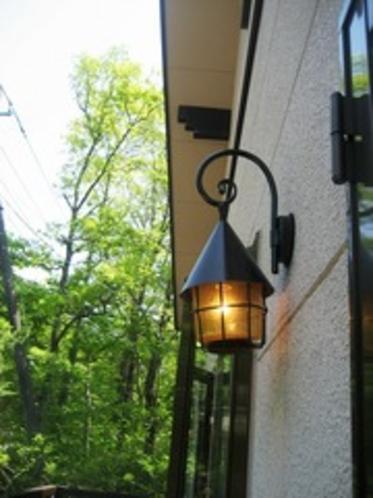 本館のランプが温かく皆さんを迎えます。