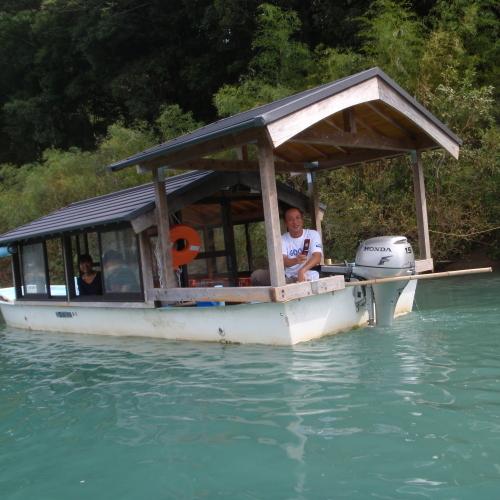 笹濁りの四万十川と屋形船