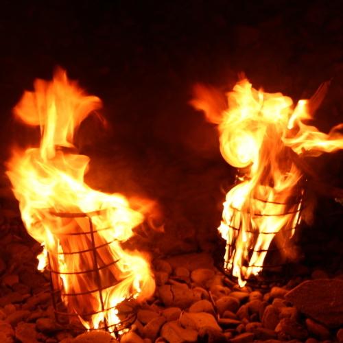 松明に火をつけます。