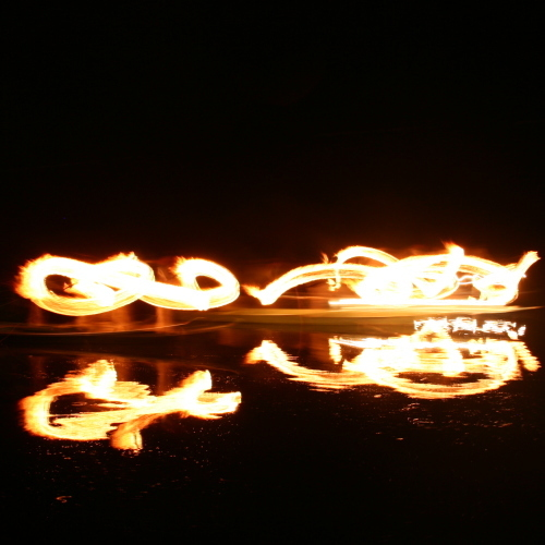 水面に炎が写って幻想的。