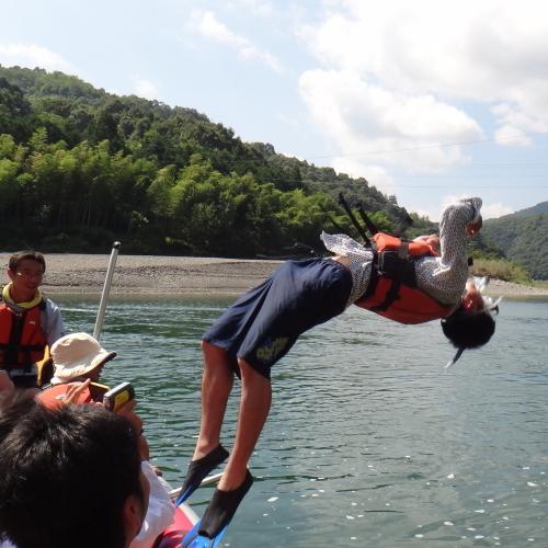 ボートの上からバック宙返り!