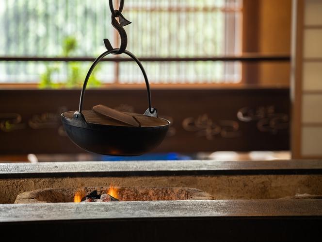 お食事処の囲炉裏の部屋は一日一組限定(活ガニコース用)