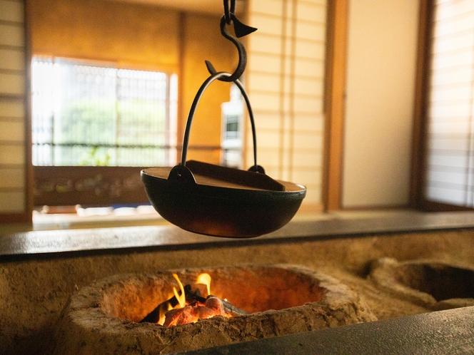 囲炉裏のある古民家調の温泉宿