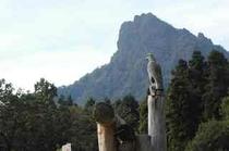 八城の杜の守り神クマタカの像