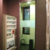 館内1階にはおタバコの自販機と喫煙コーナーもご用意しております♪