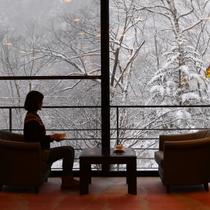 雪景色が眺められるラウンジ