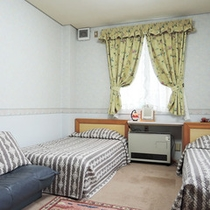 <洋室トリプル>シングルベット2つとソファーベットのあるお部屋です。