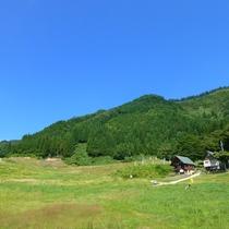 夏は緑鮮やかな山々を一望!