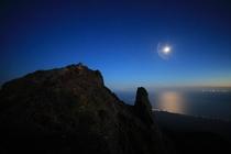 月明かりの山頂
