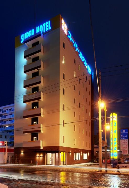 夜の街に溶け込むスーパーホテル旭川!ネオンが美しく光ります。