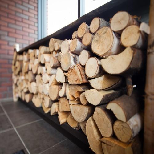本物の薪が雰囲気を出してます