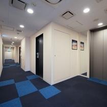 清潔感のある白を基調とした廊下