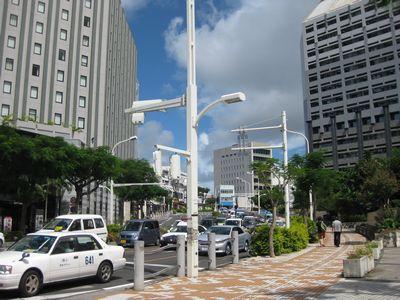 県庁前通り。コバルト荘へは、中央の通りをまっすぐのぼっていきます。