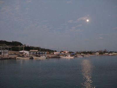 夕焼けと月が交差する不思議な風景です。2012年11月撮影。