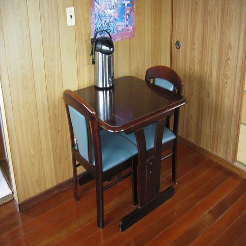 アパート1室貸しタイプ(和室2間・2LDK) 机も設置してます