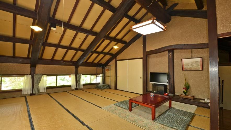 *【本館客室】の一例。2F大広間。高い天井や独特の窓など、日本建築を楽しめます。