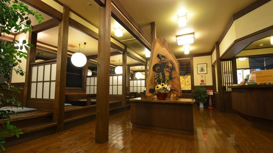 *新館1Fにあるフロントと食事処。朝夕ともこちらでのお食事となります。