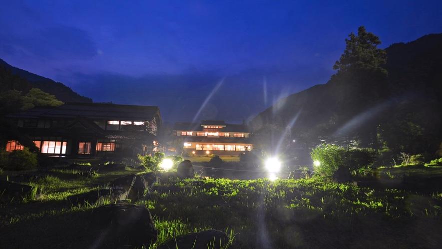 *広い池のほとりから、新館を眺める。広い庭も自慢です。