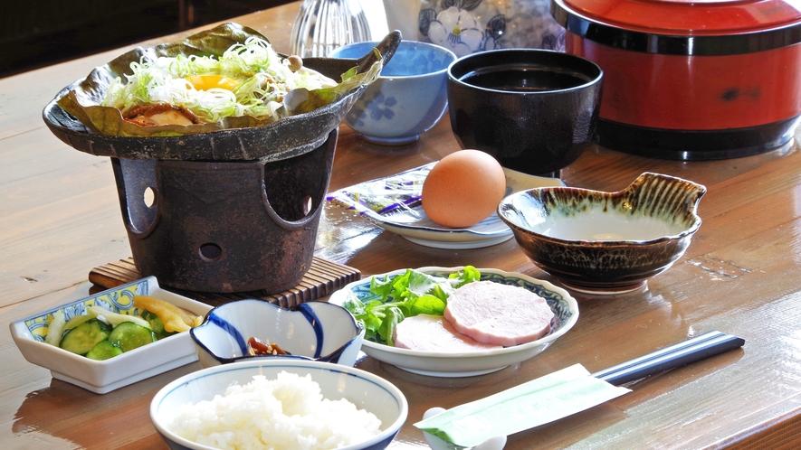 *【朝食】明宝ハム・朴葉味噌・サラダ・卵など。朝からしっかりメニューです。