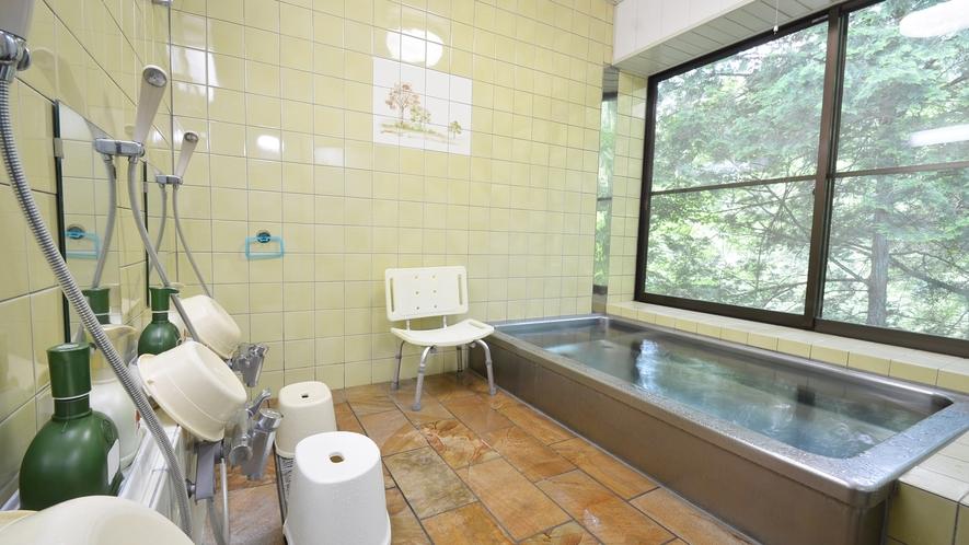 *【男湯】小川の横に作られた浴室は、緑が爽やか。明宝温泉の湯です。