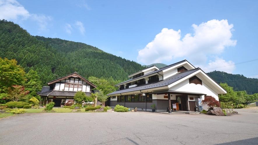 *新館から見た概観。手前がレストランと新館。左奥が古民家の本館です。