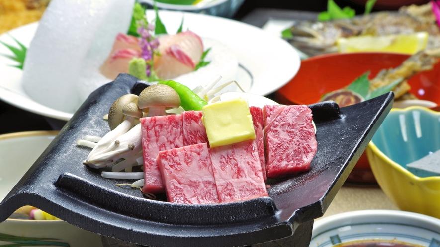 *厚保切りの飛騨牛サイコロステーキ。口どけ柔らかで、甘みのある牛脂が旨さを更に引出します。