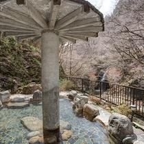 *【露天風呂】川のせせらぎと季節の風と共に100%かけ流しの天然温泉をお楽しみください。
