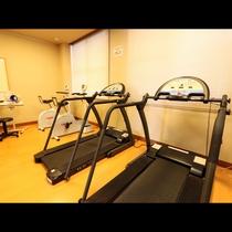 小さなトレーニングルーム完備(有料)。ひと汗流した後は、温泉でゆっくり…