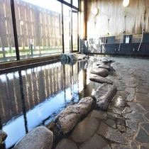大岩風呂「万座の湯」大きな窓が明るく開放的な雰囲気の大浴場。