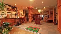 フロントには圧倒的な存在感を主張する天然木の柱