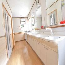 清潔感のある明るい共同洗面台