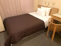 シングルルームのカーペットタイプのお部屋です。