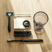 【客室アメニティ】歯ブラシセット、ヘアブラシ、綿棒、コットン、シェーバーをご用意しています。