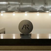 エントランスに飾られた大きなアンテルームのサインのミニチュアがフロントを飾ります。