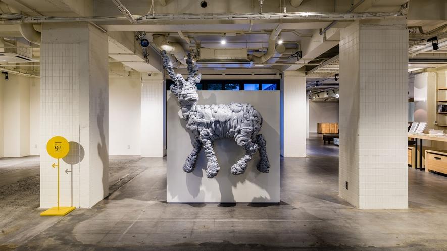 エントランスではアンテルームのシンボル的存在の名和晃平氏の作品『Swell-Deer』がお出迎え!