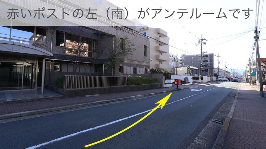 「烏丸札ノ辻」の交差点を右折後、ポストの向こう側、左手(南)にアンテルームがあります