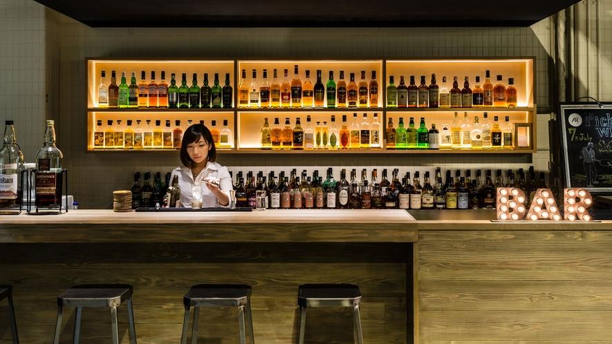 開放感のある心地よい空間で、アートとお酒が楽しめるバー