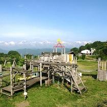 *【芝生遊具公園】なだらかな芝生丘陵に木製アスレチック遊具を設置した公園はお子様に大人気
