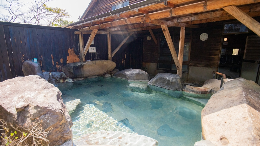 大浴場/露天風呂:温泉特有の硫黄の香りが漂う単純硫黄泉です