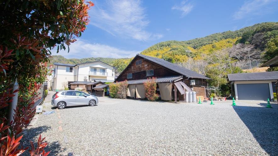 温泉棟及び駐車スペース:山々を眺める露天風呂は絶景