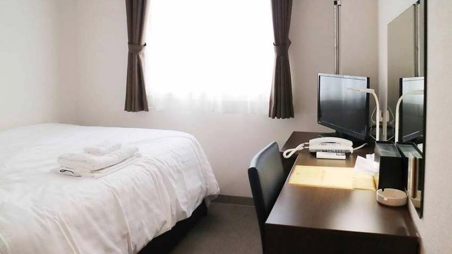 ・シングルルーム一例:ゆとりのあるセミダブルベッドを 1台設置