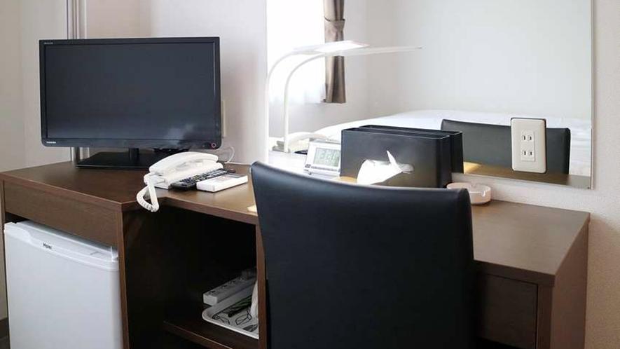 ・ライティングデスクやランプを完備。お部屋でもうひと仕事…