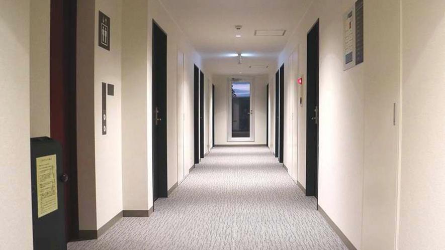 ・廊下:落ち着いた雰囲気の館内
