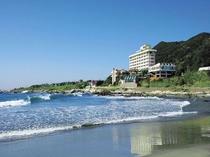 【海側からみたホテル全景】雄大な太平洋を全室よりお楽しみ頂けます。