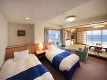 【コーナーツイン&タタミ】ツインベッドと12畳のタタミを配した広々としたオーシャンビュールーム。