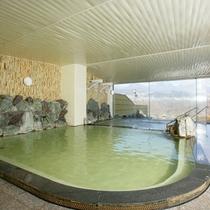 *【大浴場】その日によって微妙に色を変える茶褐色の湯を源泉かけ流しでお楽しみください。