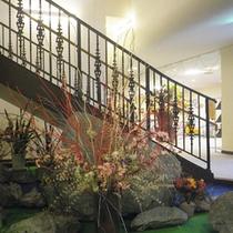 *【館内】館内の至るところには、生け花を飾っています。