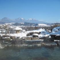 *【露天風呂(冬)】体の芯から温まる布引温泉をかけ流しでどうぞ。