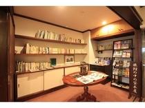 1階ロビー 書架