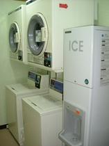 コインランドリーと無料製氷機